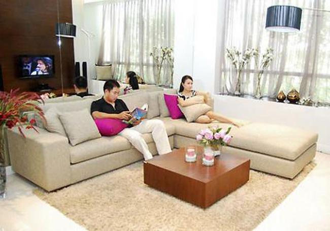 Phòng khách rộng rãi. Nội thất sử dụng tại căn hộ của ca sĩ Cẩm Ly là một sự kết hợp hoàn hảo giữa gỗ cao cấp và các chất liệu như kính, da, mang tính nghệ thuật cao, đặc biệt là việc phối hợp các tông màu mang lại cảm giác tươi mới và tràn đầy sức sống.