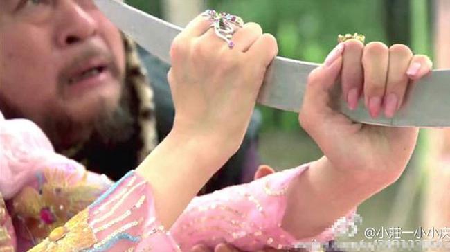 Nữ diễn viên bị bóc mẽ đạo cụ khi dùng tay không nắm chặt thanh gươm.
