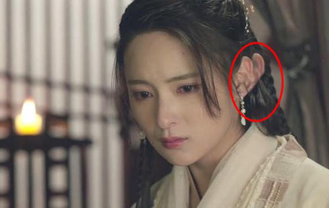 Xử lý hình ảnh quá ẩu khiến phần tai của nữ diễn viên như được nhân đôi.