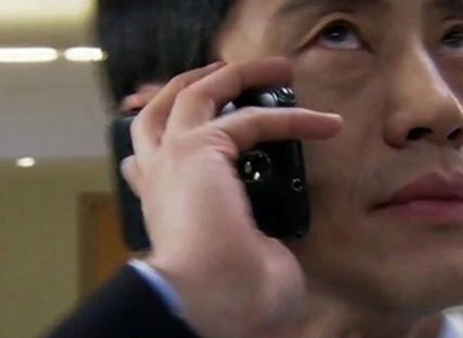 Lỗi sai cầm ngược điện thoại nghe cuộc gọi không còn quá xa lạ và rất hay mắc phải trên phim truyền hình.