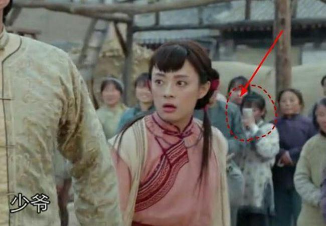 Một diễn viên quần chúng vì quá tò mò đã dùng điện thoại ghi hình đoàn phim đang quay.