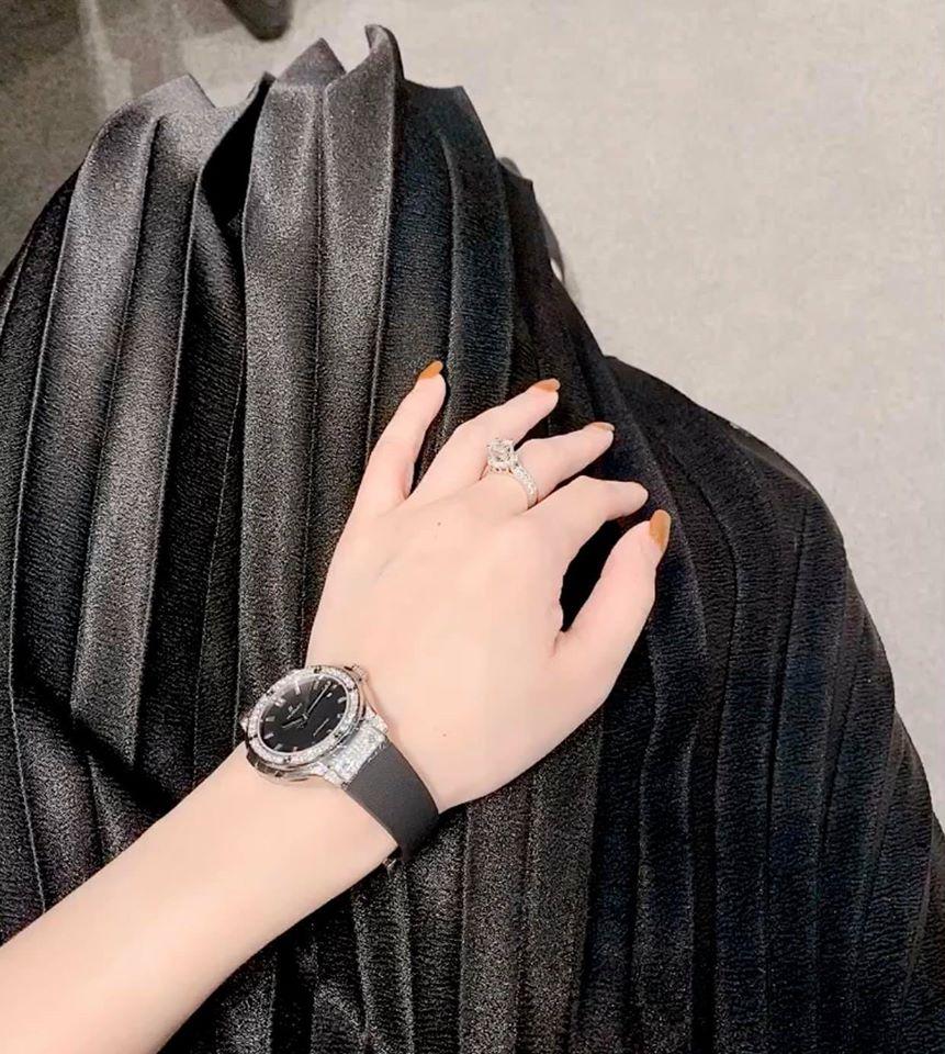 Tình cũ Mạc Hồng Quân chi nửa tỷ mua đồng hồ hiệu, kỷ niệm tuổi 30 làm mẹ đơn thân - 2