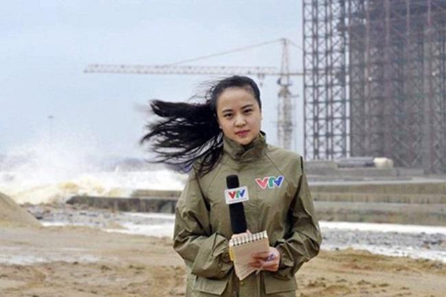 """Hoàng Ngọc Bích sinh năm 1992 và từng là MC nổi tiếng dẫn dắt """"Bản tin thời tiết"""" của VTV. Hồi tháng 11/2013, Ngọc Bích gây chú ý khi dũng cảm tác nghiệp ở thời điểm trận bão lịch sử Haiyan đang hoành hành tại Vũng Áng, Hà Tĩnh."""