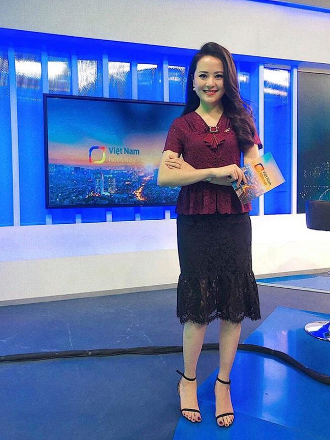 """Tuy nhiên, từ đầu năm 2019 cho đến nay, Ngọc Bích được chọn là một trong 4 MC được dẫn dắt trong """"Việt Nam hôm nay"""" - chương trình thuộc ban Thời sự của Đài truyền hình Việt Nam."""