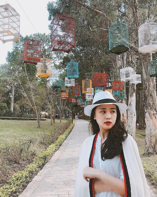 """Là người chuyên nghiệp và yêu mến công việc nên Ngọc Bích luôn tìm hiểu kỹ chương trình để xây dựng hình ảnh phù hợp. Từ một cô MC gần gũi trong """"Chào buổi sáng bông lúa"""", cô cũng chuyển hướng phong cách ăn mặc khi dẫn chính """"Việt Nam hôm nay""""."""