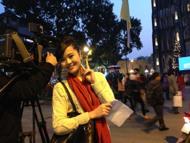 """Không chỉ là người dẫn dắt chính của """"Việt Nam hôm nay"""", Ngọc Bích còn tham gia ê kíp sản xuất từ những ngày đầu tiên, khi bắt đầu xây dựng format cho đến việc hoàn thiện kịch bản. Vì vậy, cô vô cùng tâm huyết với chương trình này."""
