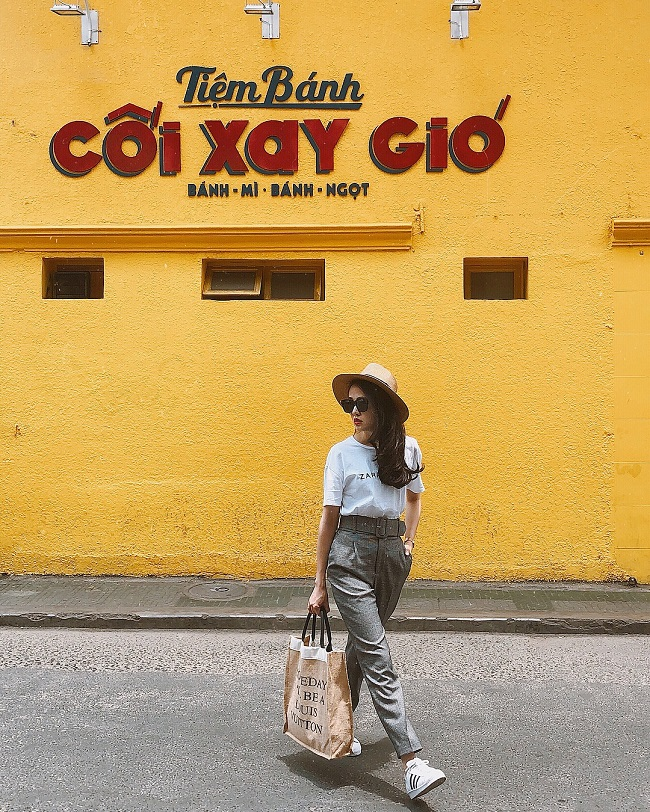 """Ngoài thời gian cho công việc, cô cũng dành nhiều thời gian đi du lịch và cho ra đời những bộ ảnh """"chất"""" chẳng kém gì travel blogger."""