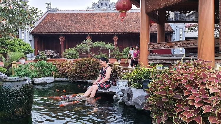 Choáng ngợp những căn biệt thự của đại gia Việt có bể cá Koi tiền tỷ - 13