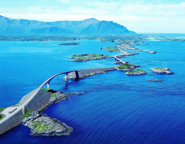Đường Đại Tây Dương, Na Uy: Con đường dài 8km ngoạn mục này trở nên đặc biệt hơn nhờ áp dụng công nghệ gần nước.  Nhưng đây cũng không phải là đoạn đường dễ qua, nhiều tài xế chạy tốc độ cao gặp rủi ro.