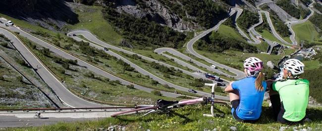 Đèo Stelvio, Ý: Mặc dù có tầm nhìn tuyệt đẹp ra dãy núi Alps ở Ý, nhưng đèo Stelvio chủ yếu được biết đến với cấu tạo hẹp, rất lộng gió và trải dài 2,7 km.  Cung đường đòi hỏi sự tập trung cao độ vào tay lái.