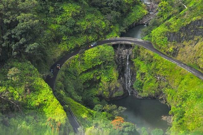 Đường cao tốc Hana, Hawaii: Mặc dù nằm trong top những cung đường nguy hiểm nhưng đường cao tốc Hana lại sở hữu nhiều cảnh đẹp khiến bạn như lạc vào chốn bồng lai tiên cảnh.