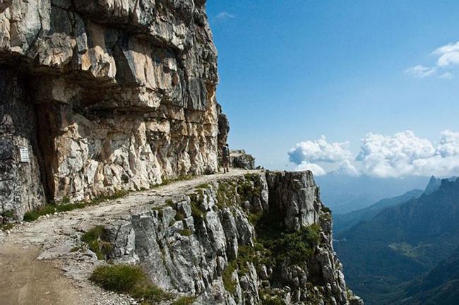 Pasubio, Italy: Một con đường cực kỳ hẹp chạy dọc theo vách núi cao chót vót, mặc dù có tầm nhìn ngoạn mục nhưng việc lái xe lại vô cùng khó khăn và quá nguy hiểm.