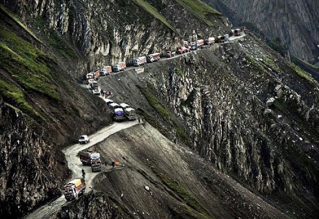 Đèo Zojila, Ấn Độ: Đèo Zojila là con đường trên đỉnh núi cao hơn 3.300m, nối hai thành phố Srinagar và Leh ở Tây Himalayas.  Đây là con đường rất hẹp, không có tay vịn hay biển báo, rất nguy hiểm cho việc lái xe.