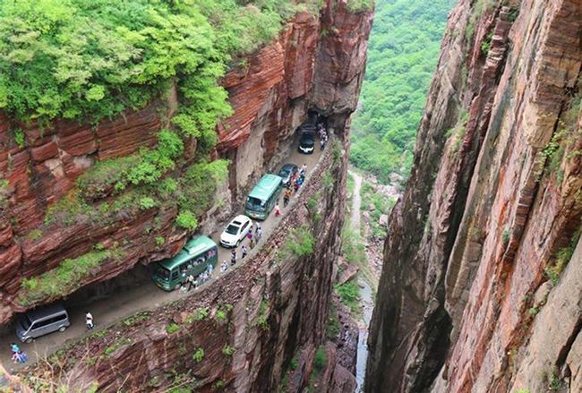 Đường hầm Guoliang, Trung Quốc: Đây là con đường được người dân tạc giữa núi đá.  Con đường tiềm ẩn nhiều rủi ro vì đi qua núi nhưng chất lượng công trình không đảm bảo.