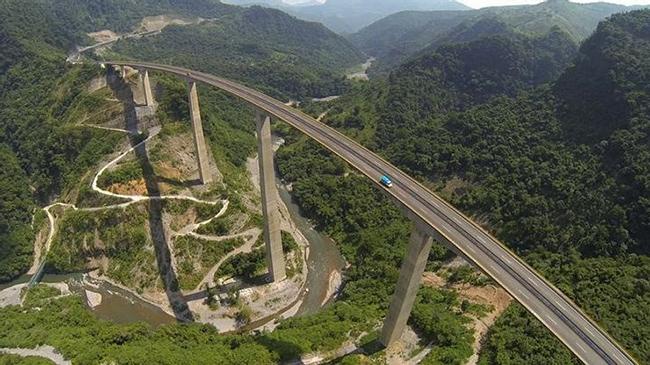 Xa lộ liên tiểu bang 1, Mexico: Con đường được xây dựng trên không với bề ngang rất hẹp và không có rào chắn.