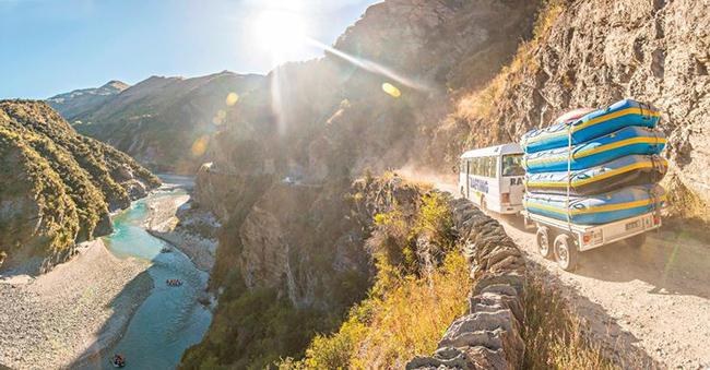 Đường Skippers Canyon, New Zealand: Đường Skippers Canyon nguy hiểm đến mức phải có giấy phép để vào.  Đường sỏi, khó đi, lại hẹp nên nếu hai xe đi ngược chiều thì một người phải lùi 3 km mới vượt được xe kia.