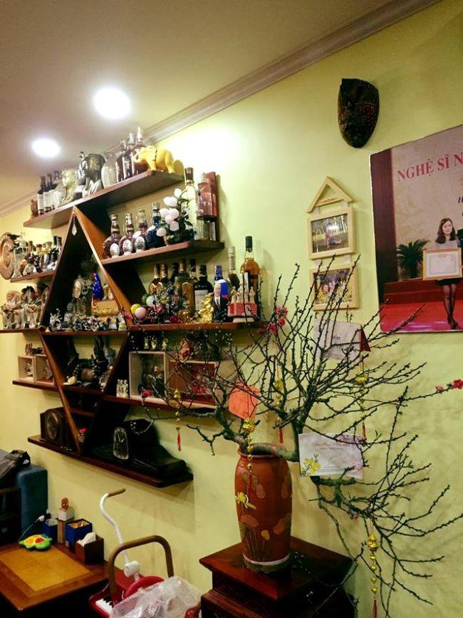 Một góc phòng khách với nhiều đồ lưu niệm của gia đình Tự Long.
