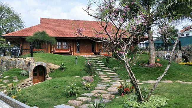 Nhà vườn của nghệ sĩ Xuân Bắc được xây dựng trong thời gian khá dài. Căn nhà như một thế giới riêng tách biệt với nhịp sống tấp nập của đô thị, không gian thoáng đãng hòa mình với thiên nhiên.