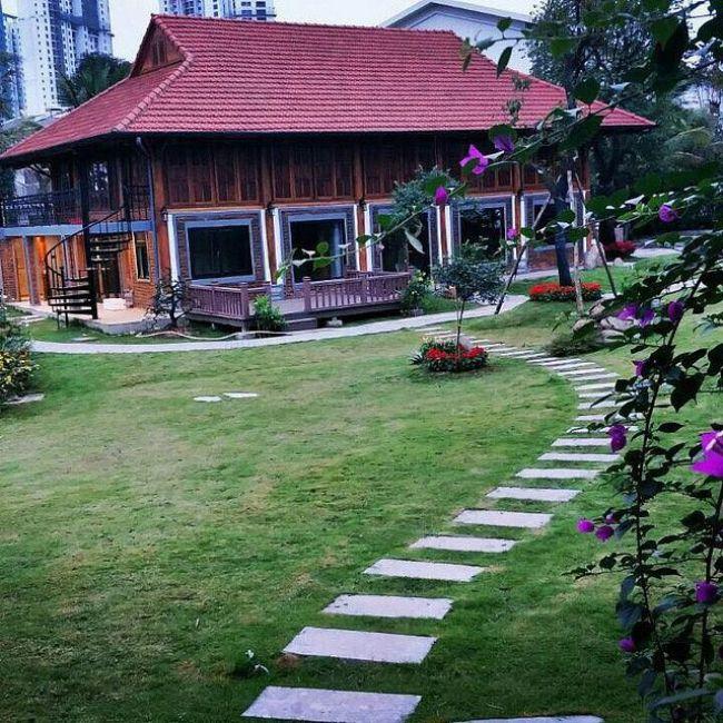 Căn nhà tọa lạc giữa mảnh đất vuông vắn có diện tích rộng. Đa phần diện tích đều được dùng để làm sân vườn, trồng cây, tạo hình non bộ.Ở chính giữa mảnh đất, ngôi nhà 2 tầng được xây dựng theo lối kiến trúc thuần Việt: Mái ngói đỏ tươi, không gian mở vô cùng gần gũi với thiên nhiên.