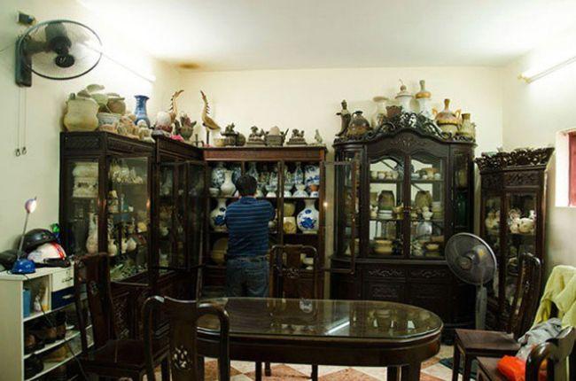 Trong nhà, nghệ sĩ Chí Trung trưng bày rất nhiều đồ cổ.