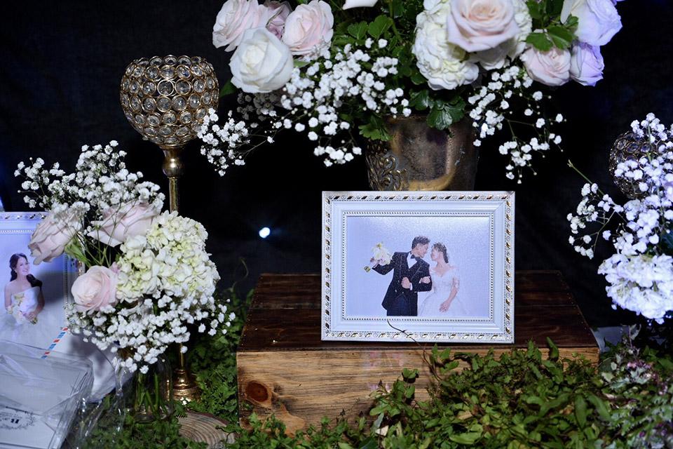 Vợ đại gia hơn tuổi của Quý Bình bật khóc nói điều này ngay trên sân khấu đám cưới - 2