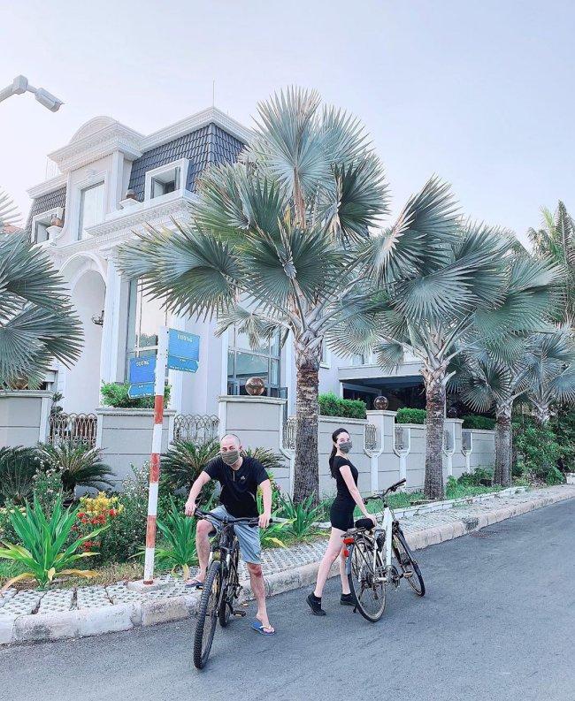 Bảo Thy thường đạp xe, luyện tập thể thao xung quanh khu biệt thự nằm trong khu đất đắt đỏ bậc nhất TP.HCM.