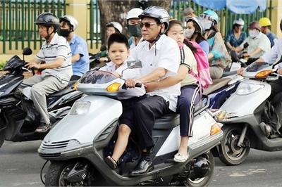 Đề xuất phạt nặng hành vi đi xe máy chở trẻ em không đội mũ bảo hiểm