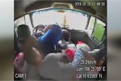 Khoảnh khắc tài xế đang lái xe bỗng đột tử