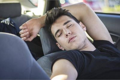 Ngủ trong xe ô tô thế nào cho an toàn, tránh bị chết não?