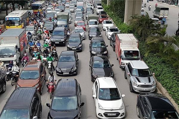 Người Việt lái ô tô lấn làn vô tội vạ