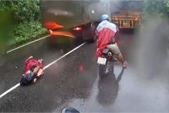 Tài xế xe máy vượt ẩu như muốn tự sát trên đường đèo