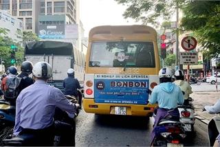 """Bức xúc kiểu ô tô """"điền vào chỗ trống"""" của tài xế Việt"""