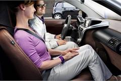 Đi cùng ô tô với cấp trên, nên ngồi ghế trước hay sau?
