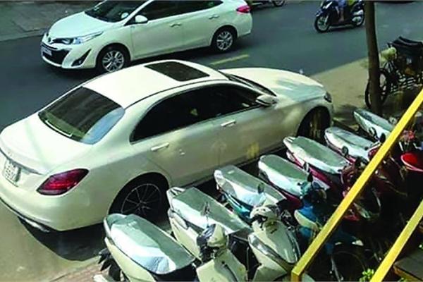 """Mercedes nghi lỗi """"cá vàng"""" máy gầm rú bần bật, chủ xe kêu cứu"""