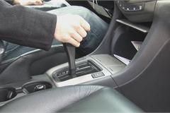 Tại sao khi đỗ xe số tự động nên kéo phanh tay trước khi về P?