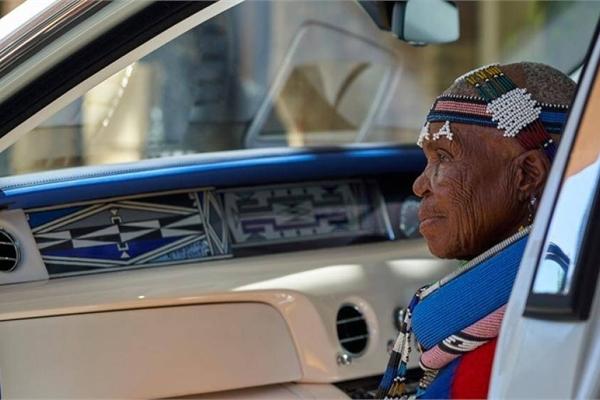 Dùng nội thất Rolls-Royce Phantom để tôn vinh nghệ sĩ 84 tuổi