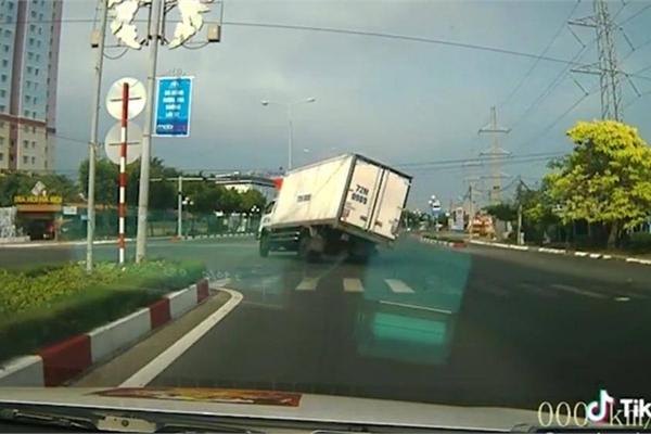 """Tài xế bẻ lái """"cứu"""" 2 người đi xe máy vượt đèn đỏ gây tranh cãi"""