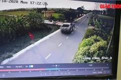 Kinh hoàng khoảnh khắc xe bán tải tông cháu bé bay xuống mương