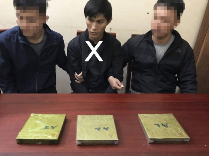 một thanh niên mang theo 3 bánh heroin lên xe, hành khách hoảng hốt