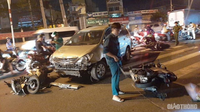 TP.HCM: Ô tô húc văng nhiều xe máy dừng đèn đỏ, người ngã la liệt 1