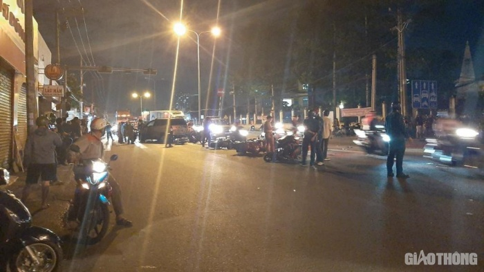 TP.HCM: Ô tô húc văng nhiều xe máy dừng đèn đỏ, người ngã la liệt 2