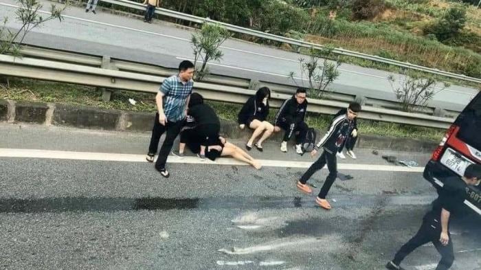 Xe Limousine tông đuôi ô tô đầu kéo trên cao tốc: 1 nữ nạn nhân đã tử vong 1
