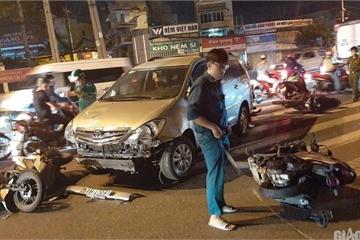 TP.HCM: Ô tô húc văng nhiều xe máy dừng đèn đỏ, người ngã la liệt