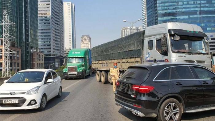 Nghi say rượu, lái xe tải tông liên tiếp vào ô tô Mercedes ở đường trên cao 1