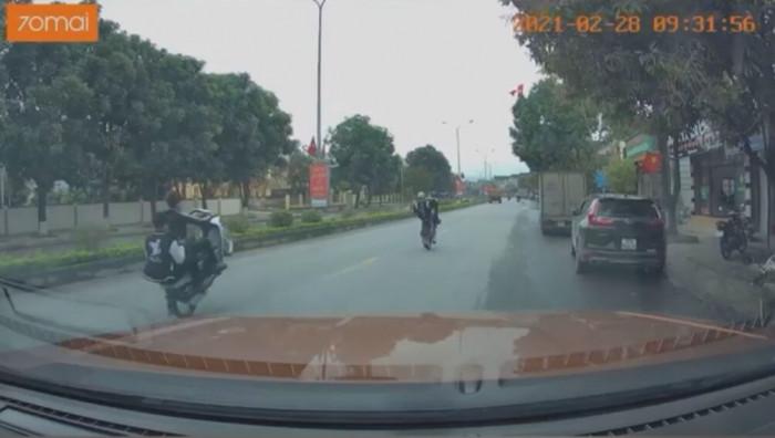 Thanh niên bị tóm vì clip đi xe máy bốc đầu bất ngờ