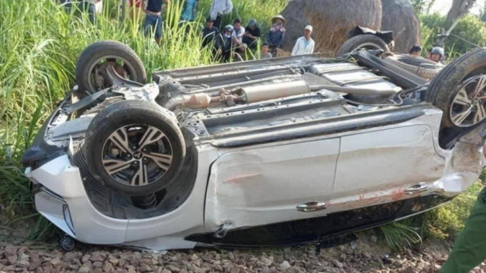 Ôtô vượt đường ngang, con 2 tuổi tử vong, bố mẹ chấn thương nặng 2