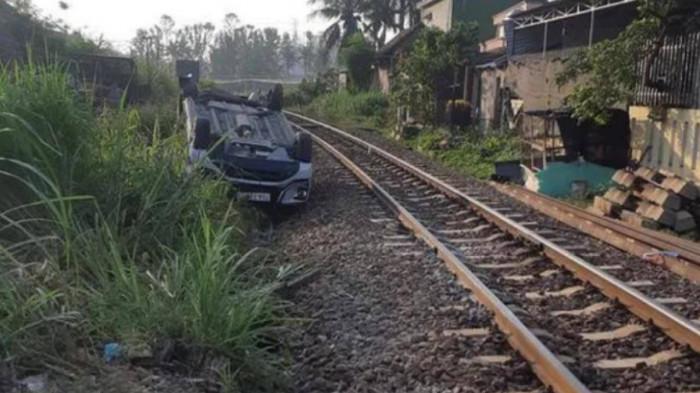 Ôtô vượt đường ngang, con 2 tuổi tử vong, bố mẹ chấn thương nặng 1