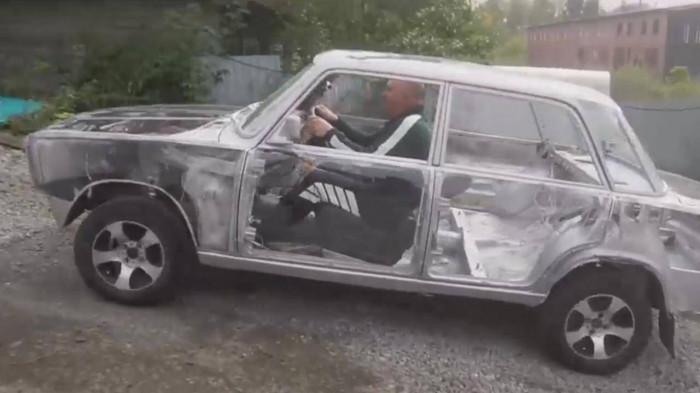 Xe Lada trong suốt, nhìn thấu dòng dầu nhớt tuần hoàn trong động cơ 1
