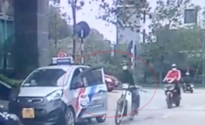 Suýt mất mạng vì tài xế taxi mở cửa xe bất cẩn 1