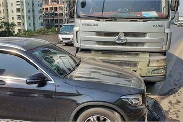 Xe tải tông liên tiếp vào ô tô Mercedes ở đường vành đai 3 trên cao